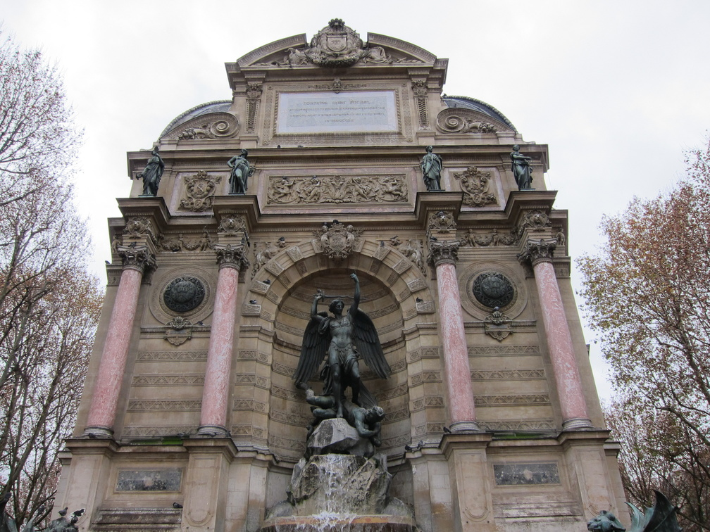 Fontaine St Michel-01.jpg